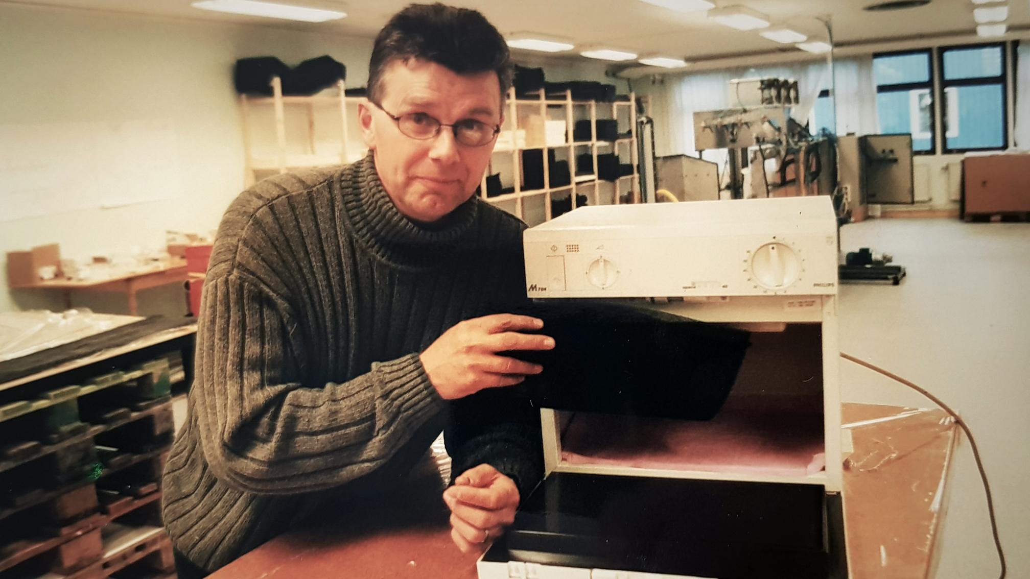 Olle Sydlén med mikrovågsugnen som startade det hela.