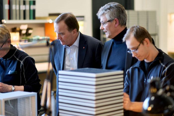 Stefan Löfven får en förklaring av Olle Sydlén hur tillverkning går till.