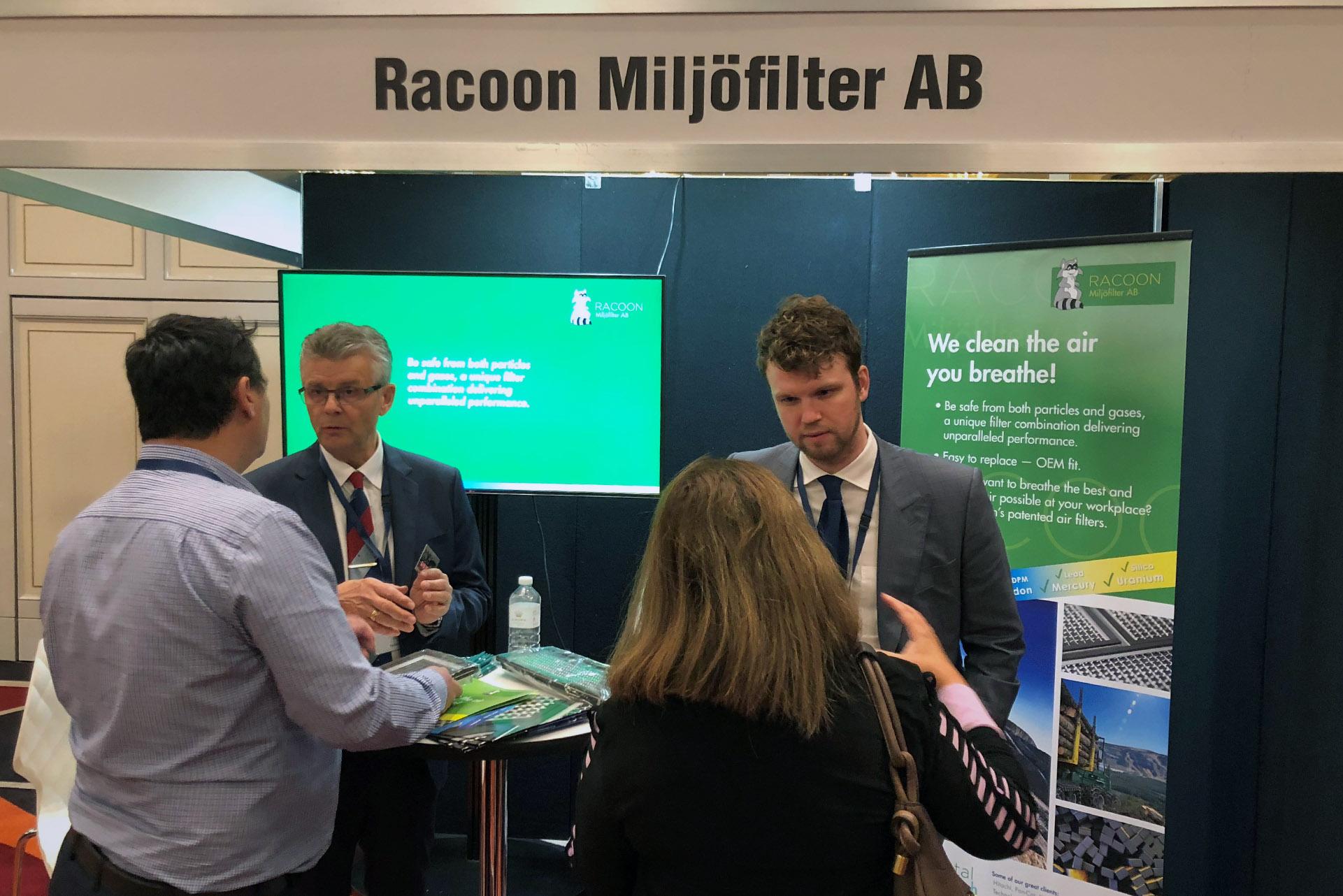 Olle och Kristoffer pratar om våra filter med två besökare på Swedish Mining Initiative i Perth.